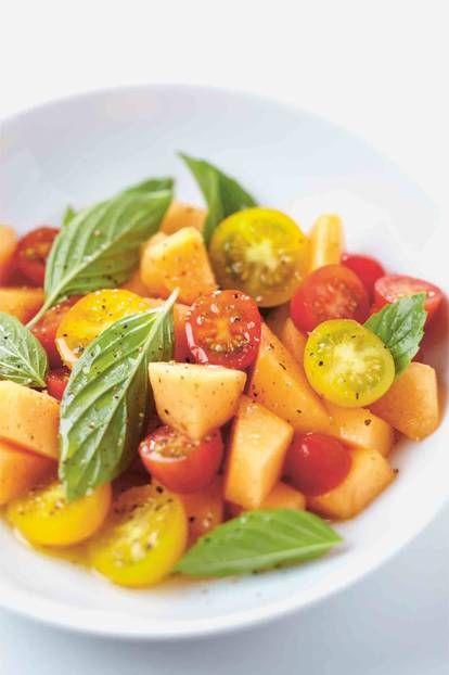 Melonen-Tomaten-Salat mit Basilikum:Dieser schnelle Melonen-Tomaten-Salat mit Basilikum ist in nur 5 Minuten zubereitet und eignet sich sowohl als Grillbeilage als auch als Picknick-Snack.