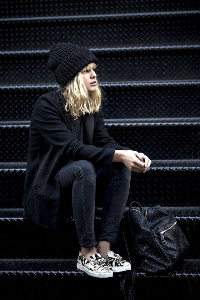 Edgy All-Black Weekend Style // beanie, oversized blazer, skinny jeans, backpack and printed sneakers #style #fashion
