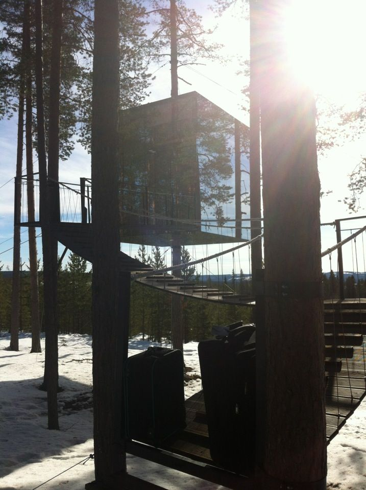 The Mirror Cube, Treehotel Svezia Il Mirrorcube è un emozionante nascondiglio tra gli alberi, mimetizzati da pareti a specchio che riflettono l'ambiente circostante. Le dimensioni sono 4x4x4 metri. La base è costituita da un telaio in alluminio intorno al tronco e le pareti sono ricoperte di vetro riflettente. L'interno è realizzato in multistrato di betulla con una superficie. Le sei finestre offrono una splendida vista panoramica. Il Mirrorcube offre un'ottima sistemazione per due persone…