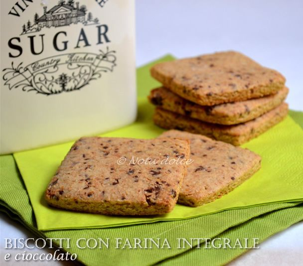 Biscotti con farina integrale e cioccolato, ricetta senza burro I biscotti con farina integrale e cioccolato sono dei biscotti croccanti e golosi, perfetti