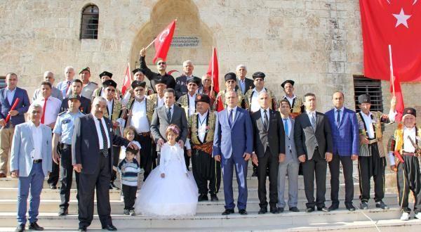 Kozan'ın düşman işgalinden kurtuluşunun 97. yıl dönümü Kozan Belediyesi'nin ev sahipliğinde çeşitli etkinliklerle kutlandı. Kurtuluş Bayramı etkinlikleri 2 Haziran sabahı 07.30'da 7 pare top atışı ve Kozan Kalesine Şanlı Türk Bayrağı'nın çekilmesi ile başladı. 2 Haziran 1920'de Sırelif, Bucak ve Sırkıntı kollarından ilçeye giriş yapan milis kuvvetlerini temsil eden Kuva-i Milliye çeteleri bayram kutlama komitesi tarafından Hoşkadem Camisi (Büyük Cami) önünde karşılandı. Eli zincirlerle bağlı…