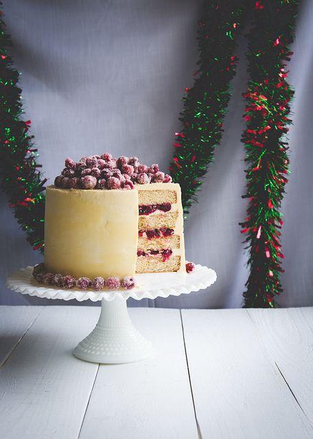Jouluinen valkosuklaa-karpalokakku // Christmas white chocolate cranberry cake pineappleandcoconut.com