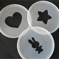 fabriquer des pochoirs avec les couvercles des boîtes de lait bébé!! génial car lavable!
