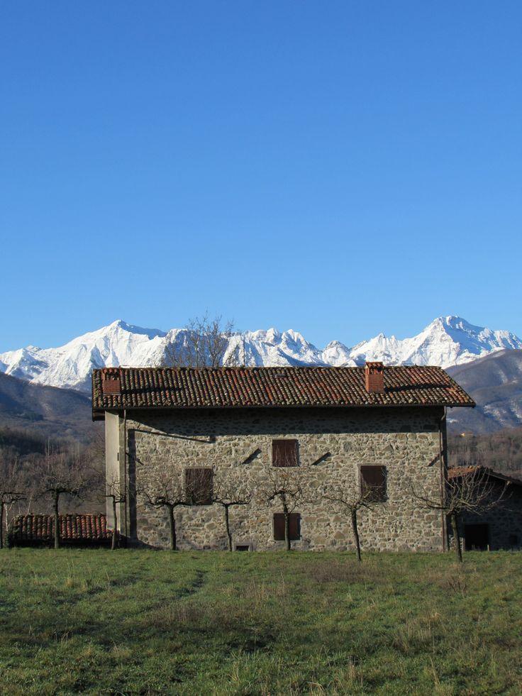 La prima neve sulle Alpi Apuane vista Da Castiglione Garfagnana