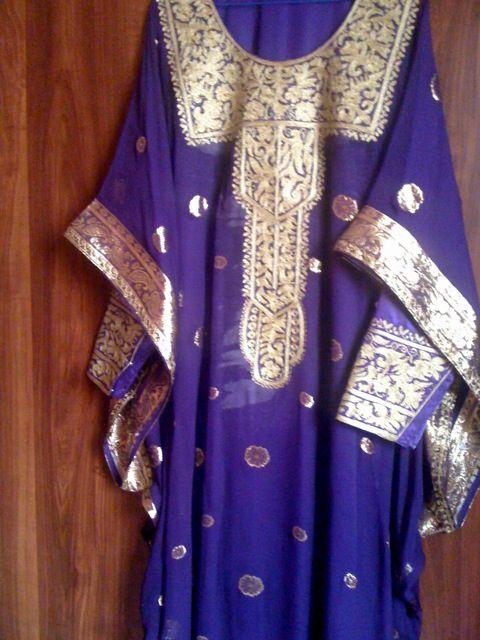 كندورة وثوب - Google Search This is an example of Emirati style 'thobe and kandurah'. The Kandura is the under dress with fancy sleeves. The thobe is worn on top - note square panel embroidery in front.