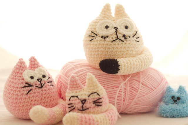 I adore these cats! The detailed expressions on their faces are priceless!! These Three Fat Cats pattern by Sarah Lyons is a lovely set made of three patterns: Daddy Cat, Mummy Cat and Junior Kitty. All of them adorable and funny! This pattern is great for gifts! The Daddy cat pattern with DK yarn and …