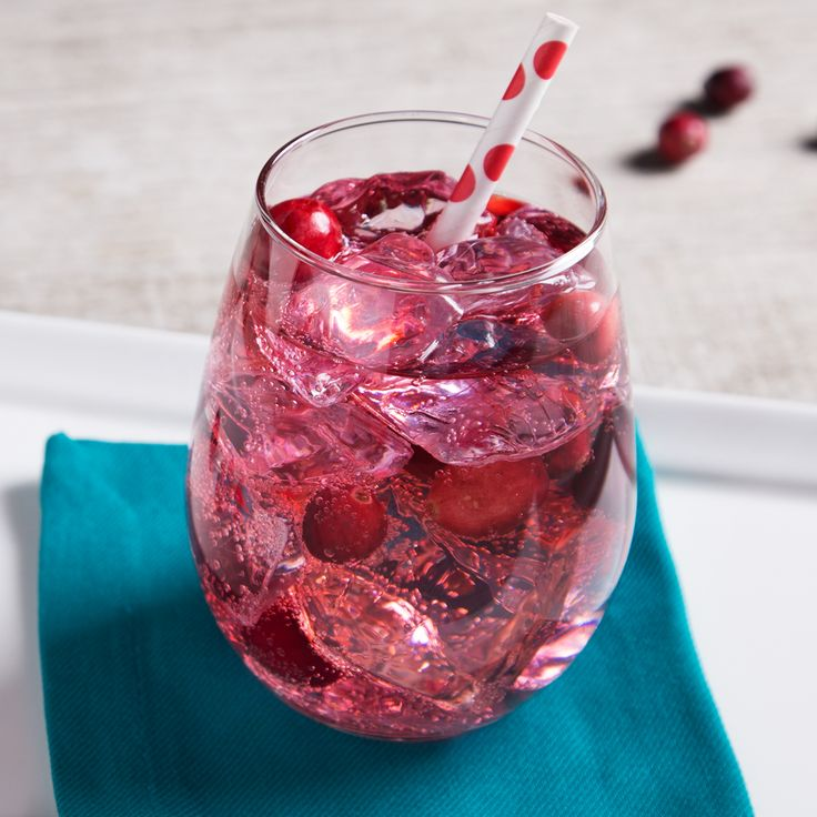 31 Whether you're planning the perfect Valentine's Day or just feeling a little flirty, simple vodka drinks don't get much more fun than the Pinnacle® Flirty Fizz. Tart cranberry juice mixes with smooth Pinnacle® vodka and club soda for a fizzy drink that pleases any crowd.