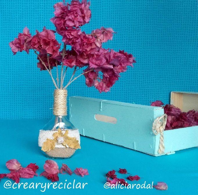 Botellas de vidrio… encaje… cuerda… flores secas… un poco arena… y listo!!!  Ya tienes unos lindos floreros para decorar tu hogar.  Recuerda suscribirte a mi Blog http://crearyreciclar.com/?p=2347  #crearyreciclar #blog #youtube #diy