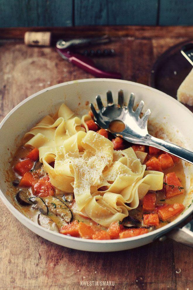 Makaron z dynią i grzybami w kremowym sosie z tymiankiem i parmezanem.