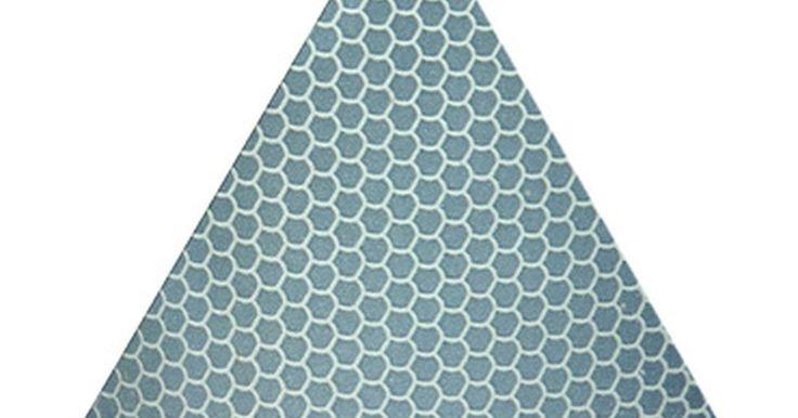 Como encontrar a altura de um triângulo. A altura de um triângulo pode ser encontrada de algumas formas, dependendo do tipo de triângulo e da informação que sabemos sobre sua altura. Triângulos retângulos, que tem um lado de 90 graus, são os mais fáceis de medir, usando o teorema de Pitágoras (se sabemos a medida de dois lados) ou a fórmula de área (se sabemos a área da base). Triângulos ...