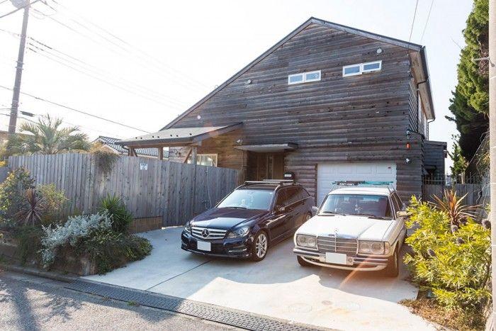 海を見下ろす七里ケ浜の高台に建つ。レッドシダーとも呼ばれるベイスギに囲まれた1軒家。