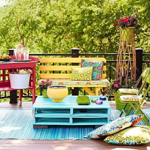 Un bellissimo salottino in giardino, e con tanti materiali di recupero dipinti in colori vivaci! <3