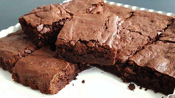 Brownies, ik houd er van! Vooral wanneer je goed de pure chocolade proeft en de brownie lekker smeuïg is.Wanneer ik brownies bak gebruikik eigenlijk altijd pure chocolade van Tony's Chocolonely. Deze is vanten minste7o% cacao gemaakt. Ze-ven-tig! Dat zijn een hele hoop cacaobonen… En daarnaast is het ook nog eens hele bewuste chocolade, het is namelijk Fair trade chocolade. Zij kopen huncacao rechtstreeks en tegen een goede prijs in bij cacaoboeren in Ghana en Ivoorkust waar ze een…