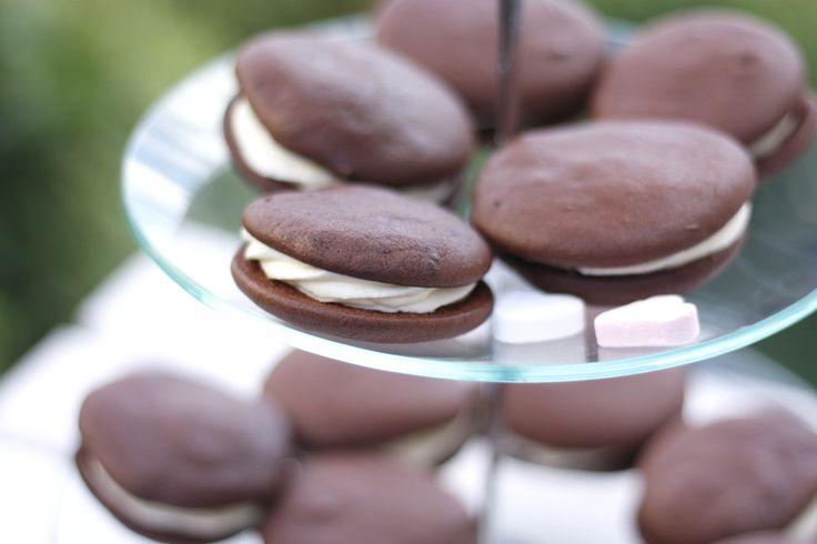 Kennt ihr Marshmallow-Fluff? Dieses herrlich klebrige Zeugs braucht ihr, wenn ihr die Vanilla-Whoopies von Enie van de Meiklokjes nachbacken wollt! Macht richtig Spaß die Küche damit einzusauen und das Ergebnis schmeckt fantastisch!