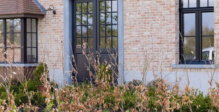 """Het beslag in retro-tin werd doorgetrokken naar de binnendeuren. Omdat de woning grotendeels in het wit werd afgewerkt met enkele accenten in eik, komt dit beslag van Quincalux mooi tot zijn recht. De krukken zijn gebaseerd op de """"Chemin de fer""""-deurkrukken die je ook kan terugvinden in oude Franse treinstellen. De meerderheid van de deuren werd uitgerust met verticale U-groeven. (Realisatie: Eddy De Prins - houten buiten- en binnenschrijnwerk)"""