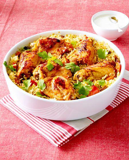Das Hähnchen wird über Nacht in Tandoori-Paste mariniert, bevor es angebraten wird und dann auf Reis gebettet in den Ofen wandert.