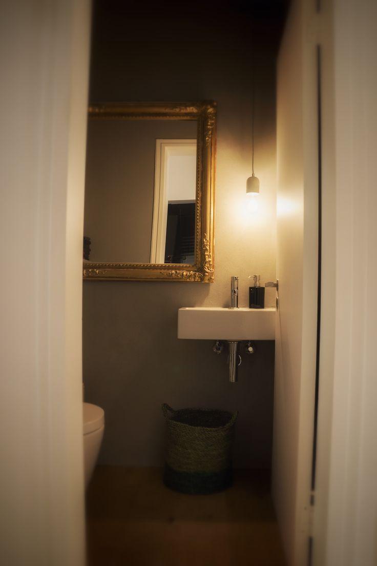 """... das """"Zimmer"""" über das wir am längsten diskutiert haben. Welche Toilette?, welches Becken?, welcher Spiegel?, vor allem welche Beleuchtung?. Jetzt finden wir die Idee mit dem alten Spiegel und der kräftigen Greige Wandfarbe optimal."""