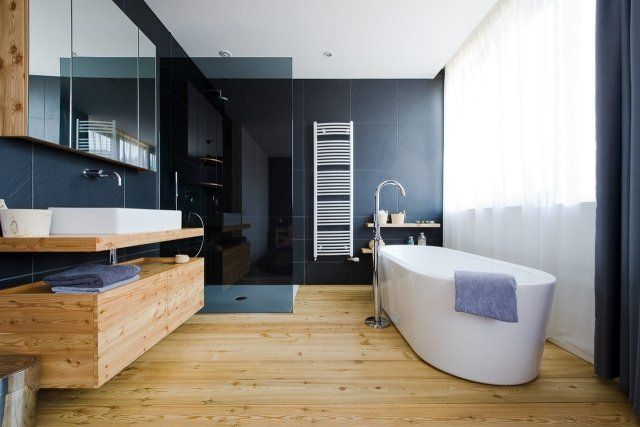 un revêtement de sol PVC imitation parquet dans la salle de bain bois