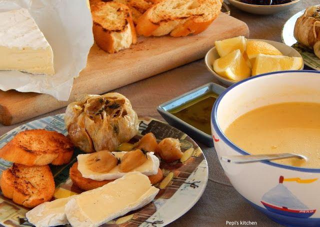 Κοτόσουπα, ψητό σκόρδο και τυρί μπρι