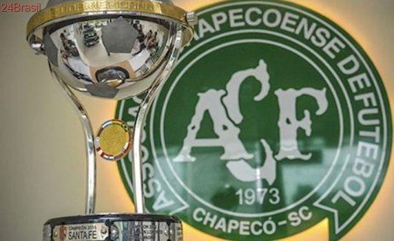 Chapecoense supera luto e ergue a taça de campeã da Sul-Americana