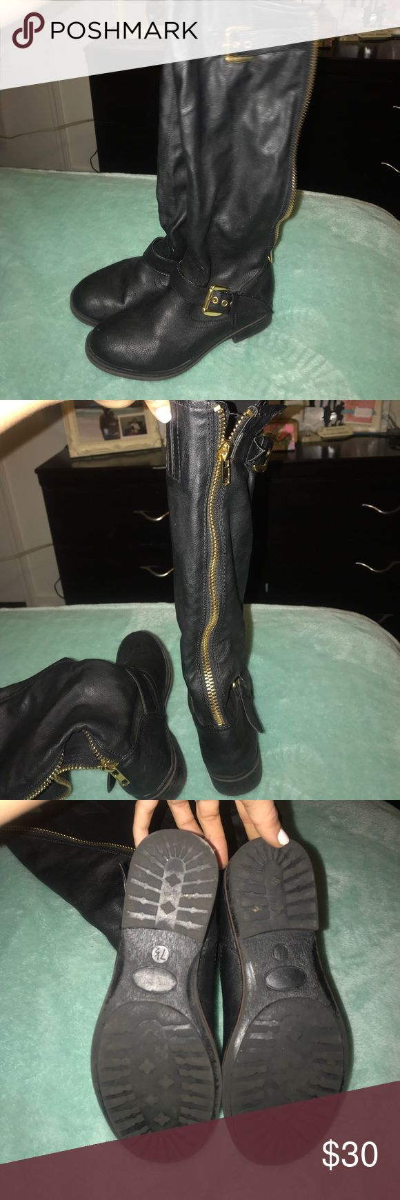 STEVE MADDEN BLACK BOOTS 🖤STEVE MADDEN Black boots, Gold Accents. Worn. Nothing wrong with them.  Definitely has a lot of life left in them. Make me an order. Steve Madden Shoes