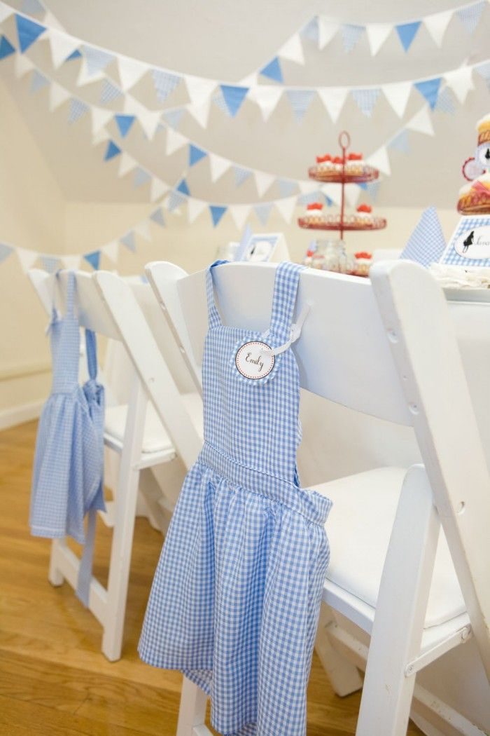 """wizard of oz table--oh that is so sweet....Dorothy apron """"favors""""! Don't you just want one of your own???"""
