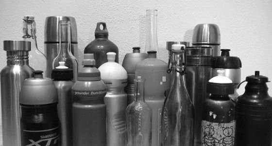 Dieser Trick reinigt selbst die engste Flasche oder Kanne perfekt