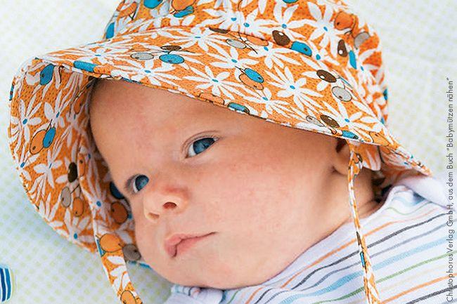 Sonnenschutz ist das A und O für die Kleinen, wenn es draußen schön warm und sonnig ist. Aber Sonnemützen mit Nackenschutz sind oft nicht einfach zu bekommen oder völlig überteuert. Wir zeigen dir mit einer wunderbaren Anleitung von Cecilia Hanselmann, wie du so eine praktische Mütze für Babys selber nähen kannst!