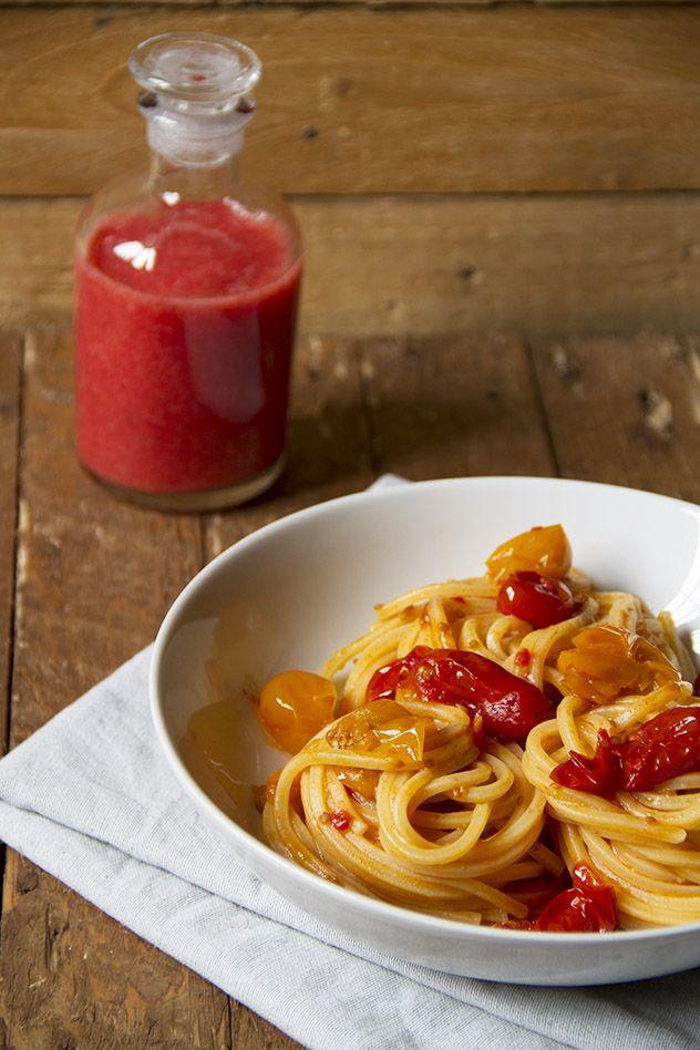 Spaghetti quadrati ai due datterini con gazpacho di fragole e pachino