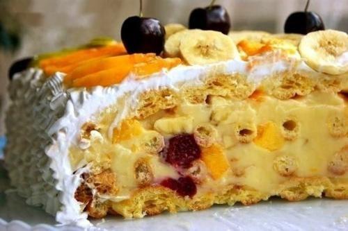 Торт тропиканка. Это торт из коржей из заварного теста и перемазанных заварным кремом с фруктами, сверху фрукты залитые желе. | Школа красоты
