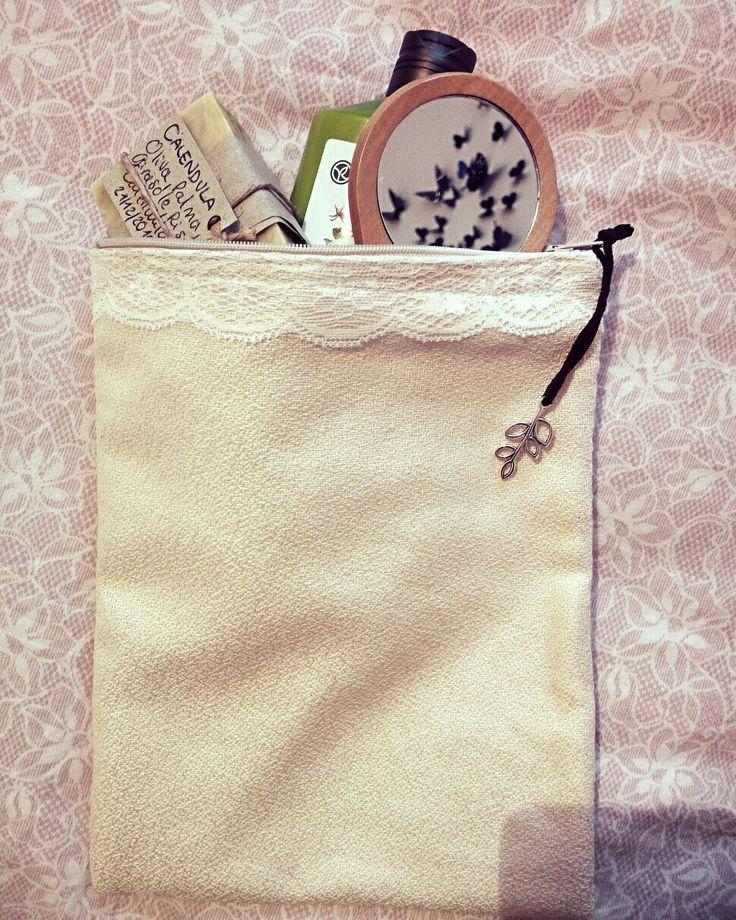 Beauty case 19x24 in stoffa color cipria e pizzo, interno fodera bianca, con cerniera bianca.  Fatto a mano  Per info LysBag@outlook.it  #creazioniartigianali #handmade #LysBag