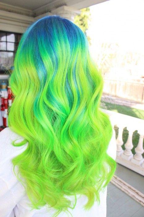 Chica con el cabello verde y la raíz color azul