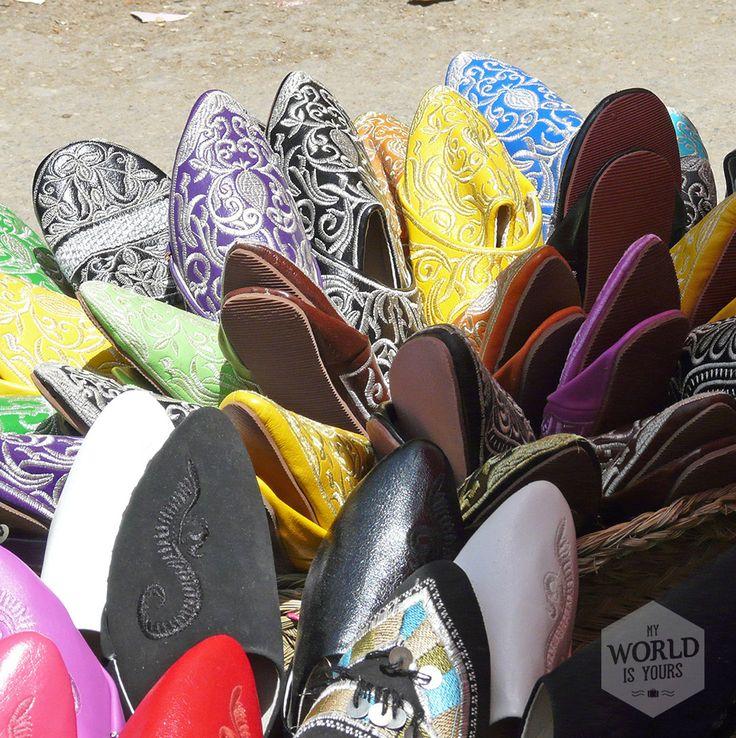 De markt in Meknès is levendig en vrolijk, met gele, blauwe en paarse puntschoenen, Adidas-gympjes, geitenhoofden (goed, die zijn iets minder vrolijk), zeepjes, bergen poeder in aardekleurige tinten, groenten, zakken wol, Fatimahanden en wasmiddelen. Lees het artikel 'Arabische nachten om te herinneren op http://www.myworldisyours.nl/places/meknes #Marokko #Morocco #schoenen #shoes #market #souks #Meknes