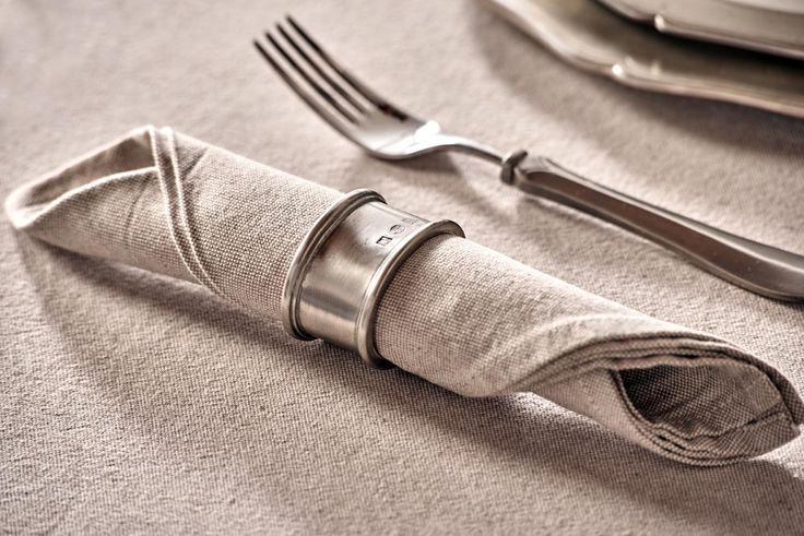 Oval Pewter Napkin Ring - Length: 5,5 cm (2,2″) - Width: 4,5 cm (1,8″) - #pewter #napkin #ring #peltro #allacciatovagliolo #allaccia #tovaglioli #zinn #serviettenring #étain #etain #peltre #tinn #олово #оловянный #tableware #dinnerware #table #accessories #decor #design #bottega #peltro #GT #italian #handmade #made #italy #artisans #craftsmanship #craftsman #primitive