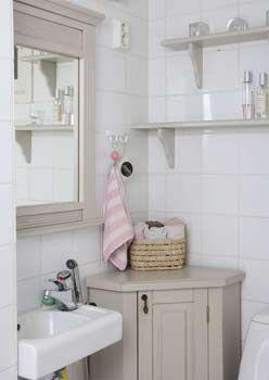 Pienen wc:n säilytysratkaisu on pikkuinen kulmakaappi (45x45x85 cm). Kustavilainen peili ja seinähyllyt. juvi.fi ja juvikauppa.fi
