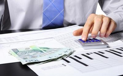 Kalkulator i banknoty (setki złotych)