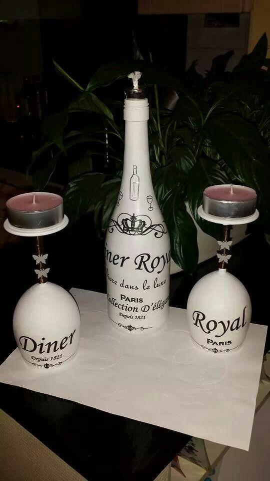 Flessen en wijnglas met servetten