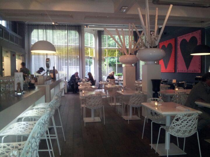Na Credible is dit de beste spot in Nijmegen om te overnachten. Luxe en een tikkie hoger geprijst, maar dan heb je ook top service en prachtige design kamers. Manna is ook leuk om wat te drinken of te lunchen. Wel een plek om je grote zonnebril mee te nemen :-)