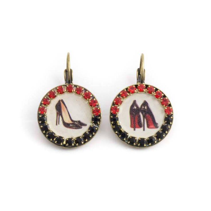 Ronde medaillons van Iris met pumps! De pumps in deze rode oorbellen worden omlijst door rode en zwarte kristallen.