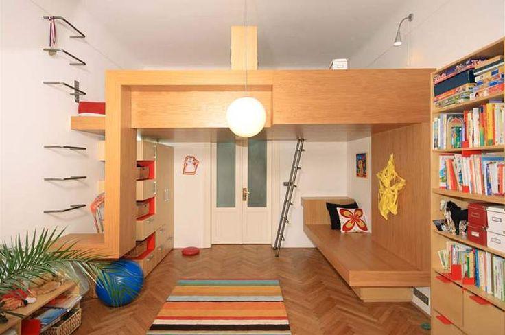 V dětském pokoji je patro na spaní, pod ním bylo vytvořeno další lůžko, které je připraveno pro nedávno narozené miminko. Zatím slouží jako pohovka