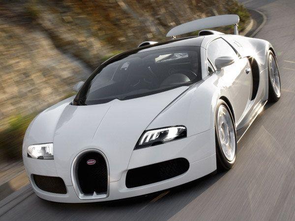 Bugatti Veyron amochodu produkowanego pod patronatem Volkswagena przez Bugatti Automobiles nie trzeba chyba nikomu przedstawiać. Producent zapewnia, że Veyron wyposażony w 1001 konny silnik przyspiesza od 0 do 100 km/h w 2 i pół sekundy. Osiągi auta zostały sprawdzone przez redaktora popularnego programu telewizyjnego Top Gear - Jamesa May'a. Podczas testów na torze Ehra-Lessien samochód osiągnął prędkość 407,8 km/h. .
