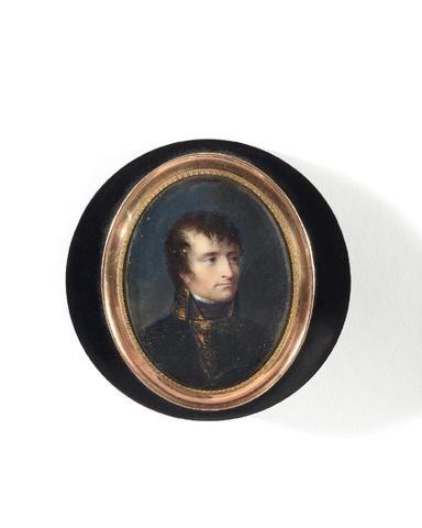 Drageoire ayant appartenu au Premier Consul Bonaparte. Ronde, en écaille. Couvercle orné d'une miniature ovale, sous verre, cerclée d'or ciselé d'une feuille d'acanthe, représentant le Premier Consul Bonaparte, en buste, en uniforme de président de la République cisalpine, signé à droite de Jean-Baptiste Isabey (1767-1855). Diamètre boîte : 8,4 cm. Diamètre miniature : 6,4 x 4,8 cm. Ht : 2,5 cm.