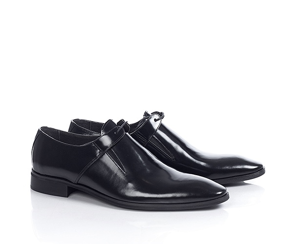Pantofi de ocazie, din piele lacuita de culoare neagra, ideali pentru un eveniment important, sunt accesorizati cu doua barete care se prind cu siret, iar pe laterale au o fasie foarte ingusta din material elastic, pentru a fi cat mai comozi.