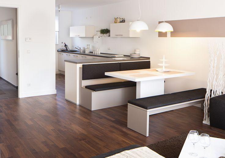 Blick vom Wohnzimmer zum Essbereich und der Küche im Vista L Musterhaus, Wolfskamphof 34a Neuss  www.vista-reihenhaus.de