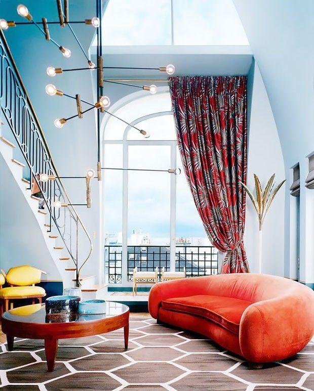 Décor do dia: sala com sofá curvo e mix de estampas (Foto: Foto Mai-Linh/Divulgação)