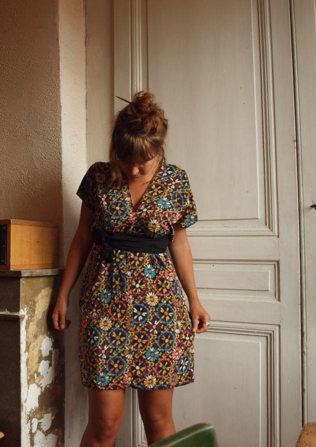 Suite à une robe trouvée sur Pinterest, je me suis lancée pour tester un peu le patron. Je suis donc partie sur 2 rectangles de 180x30 cm (un pour le côté gauche, un pour le côté droit). Pour les lyonnais, le tissu a été trouvé dans une petite boutique...