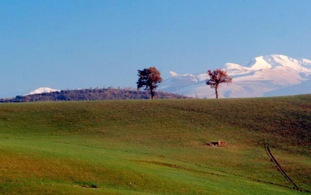 Matelica è situata al centro di una valle compresa tra il Monte S.Vicino e il Monte Gemmo. Il suo territorio è ricco di bellezze naturalistiche e importanti documentazioni storiche di un passato ricco, come i resti della potentissima abazia benedettina di S. Maria de Rotis e la possente Rocca degli Ottoni, entrambe nel magnifico massiccio del S.Vicino