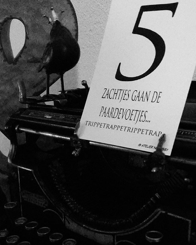 En we gaan nog even door.. tralalala tralalaaa ♡♡ ☆ Craft&design by atelier nosissy ♡ ☆ #sinterklaaskaart##fijnefeestdagen #sinterklaas #kaart #postkaart #tekentablet #teckning #postcard #tekst #design #zwartwit #creativelifehappylife #teksten #plukdedag #wieschrijftdieblijft #woorden #illustratie #illustration #blackandwhite