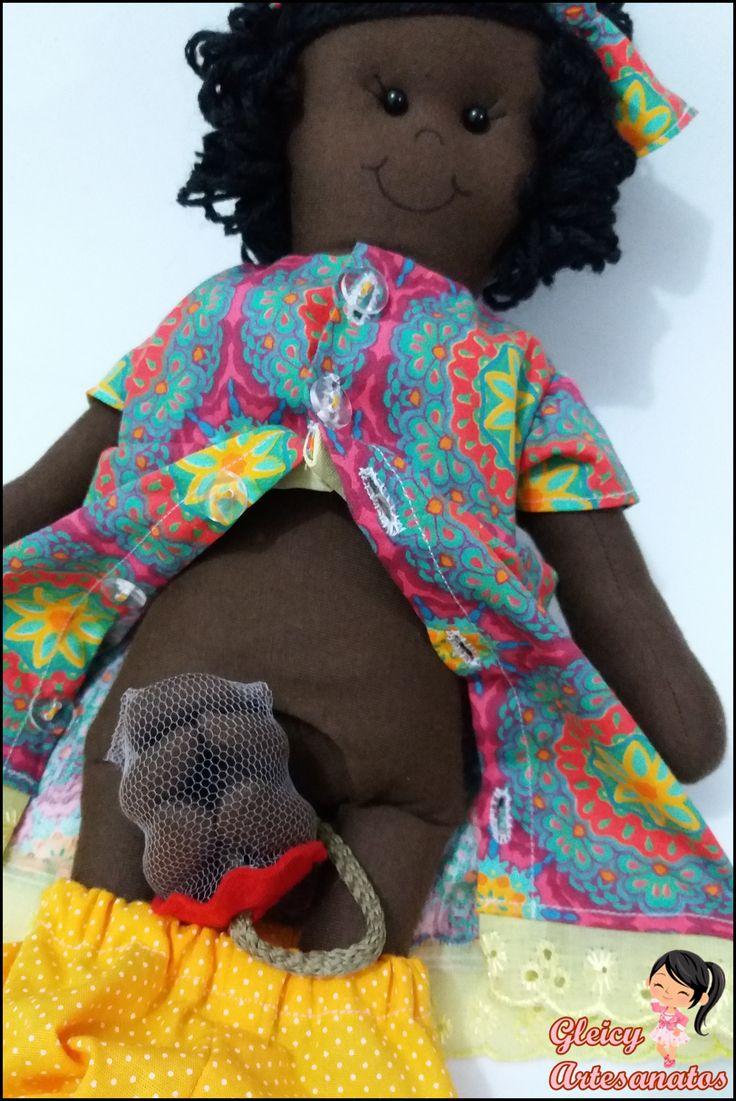 Boneca de pano gestante confeccionada com tecido 100% algodão. Acompanha o bebê dentro de um saquinho que fica dentro de sua barriguinha.  O bebê pode ser removido do cordão (que imita o cordão umbilical), através dos botões de pressão.  No seio da boneca também tem o botão para que se coloque o bebê para amamentar. E em suas mãos também à botões, para que ela segura o nenezinho <3 É muito amor numa boneca só gente <3 <3 <3