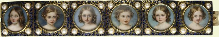 William Essex (1784-1869) - Bracelet with miniatures of Victoria, Princess Royal, Albert Edward , Prince of Wales, Princess Alice, Prince Alfred, Princess Helena and Princess Louise